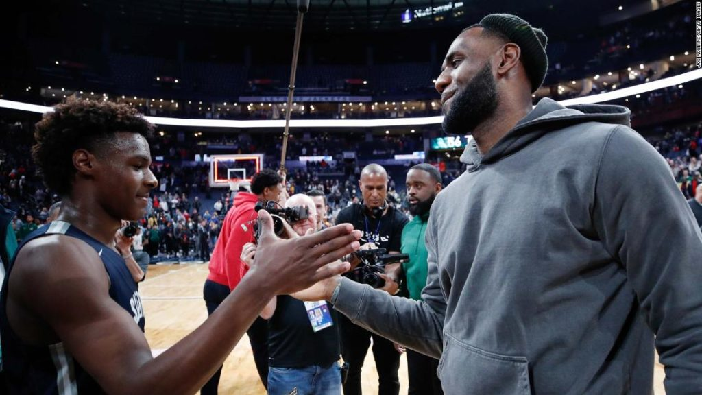 LeBron James agrees contract extension with Los Angeles Lakers