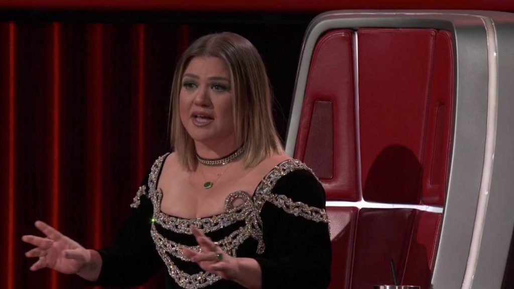 Kelly Clarkson tears up at pupil's song on 'The Voice'