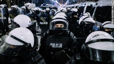 Police blockades prevented the demonstrators reaching the official residence of PiS leader Jarosław Kaczyński.