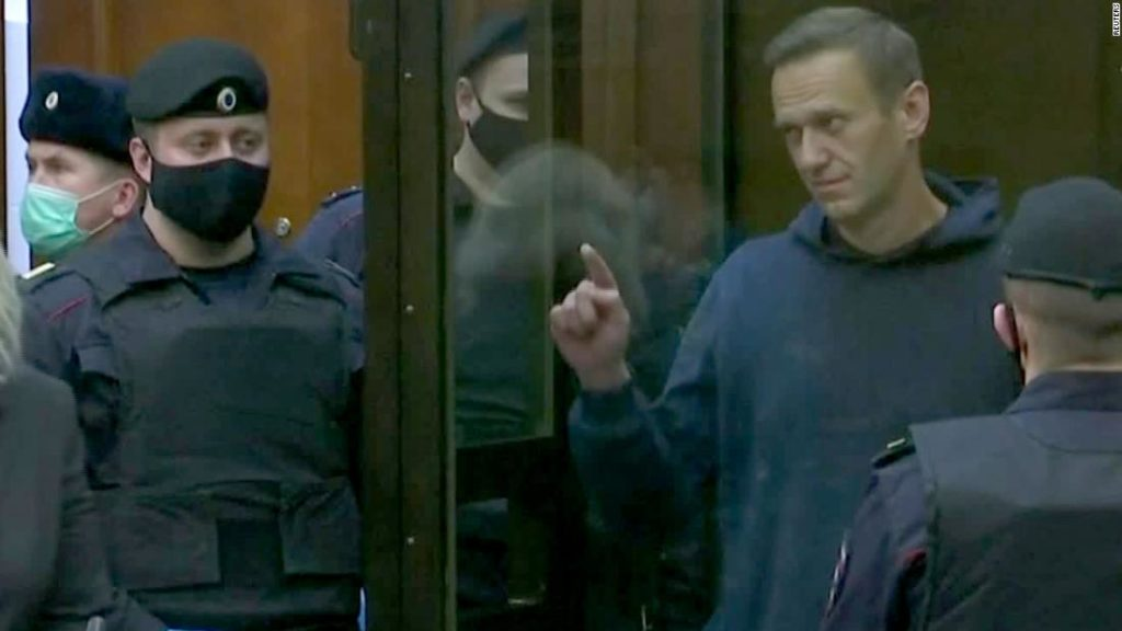 Navalny draws a heart for his wife while in court