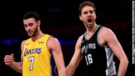 Pau Gasol playing for the San Antonio Spurs in 2018.