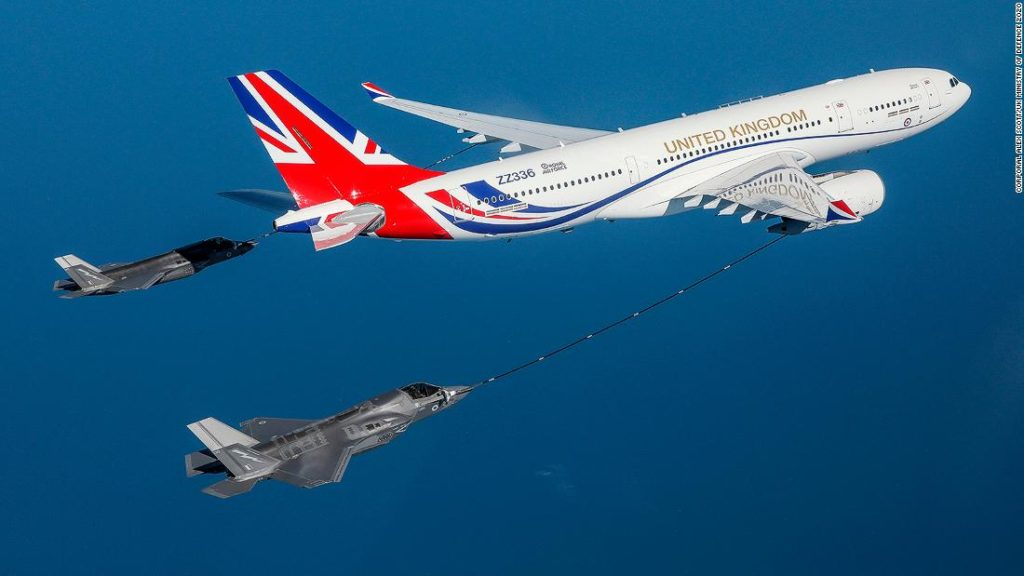 Aerial ballet: How airplanes fill up with fuel mid-air