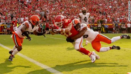 Kelce scores past Cleveland Browns linebacker Malcolm Smith and safety M.J. Stewart Jr.